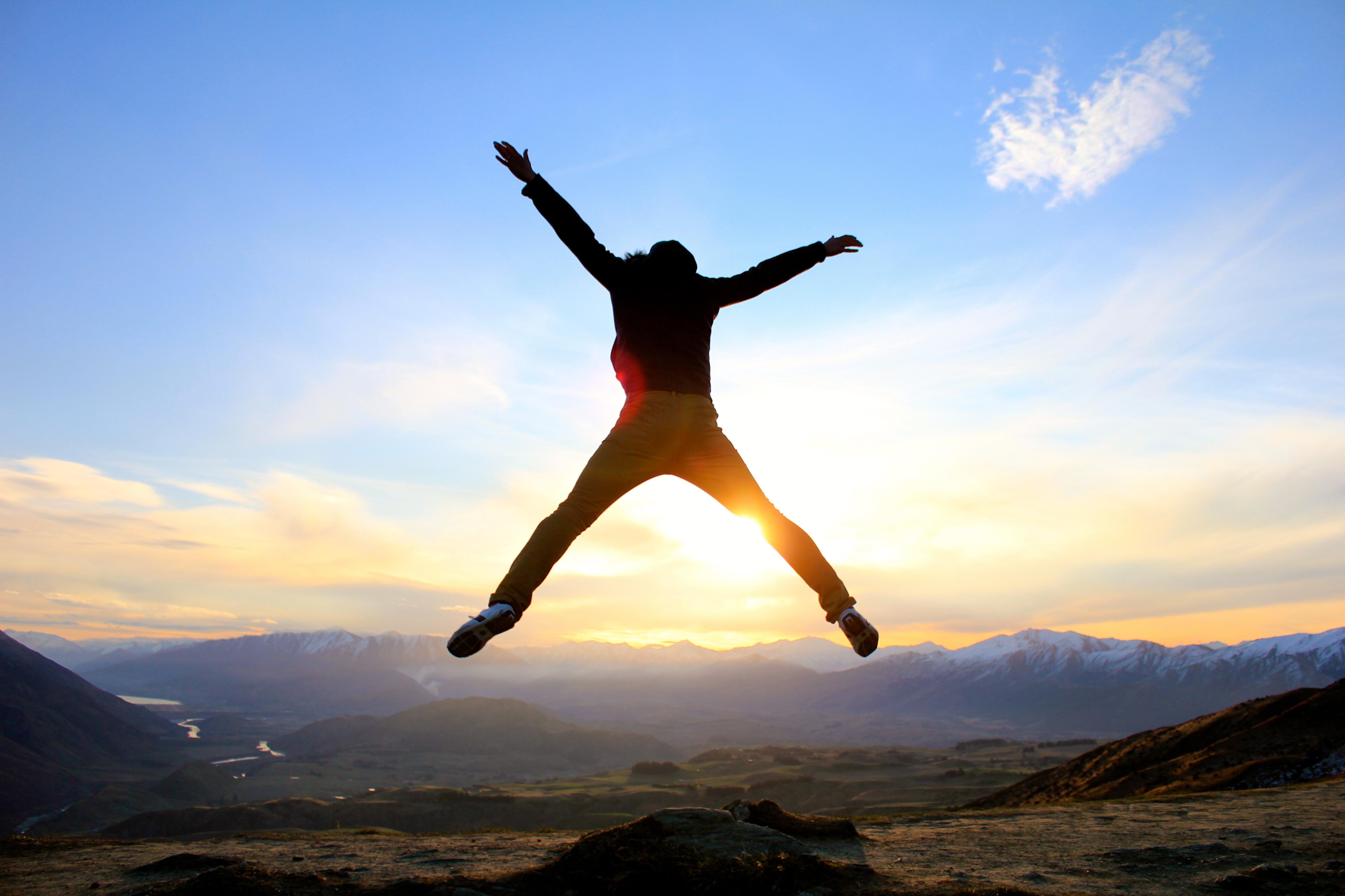 飛躍するイメージで人がジャンプしている