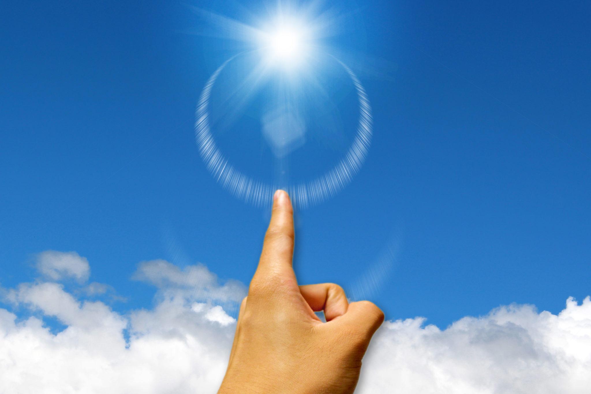 太陽の光を指差している